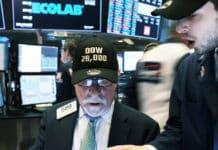 Peter Tuchman con su gorra Dow Jones 28.000 puntos